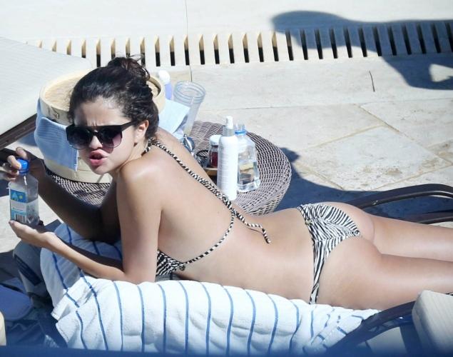 ABD'li güzel sanatçı Selena Gomez havuzda verdiği bikinili sexy pozlarıyla magazin dünyasını çalkalandırdı, İşte olay yaratan o resimler.