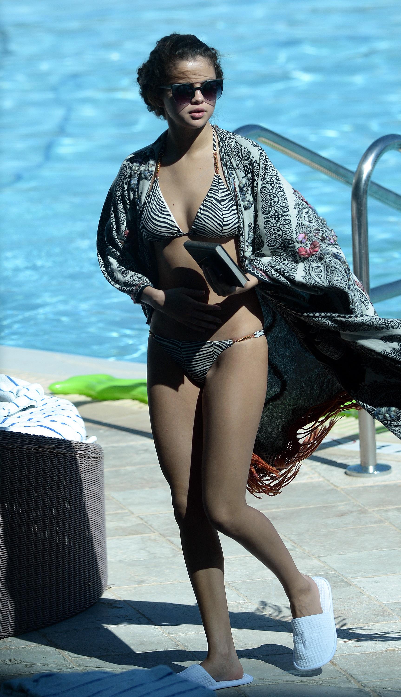 Dünyaca ünlü genç şarkıcı ve oyuncu olan Selena Gomez havuz başında verdiği sexy bikinili pozlarla sosyal medyayı çalkaladı, İşte o resimler.