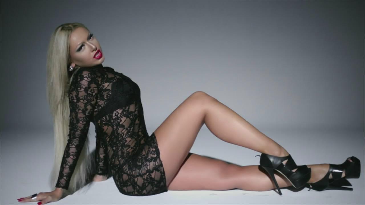 Başarılı türk şarkıcı Hadise sexy giyimiyle magazin dünyasını sarsıcak. Galeriyi görüntülemek için tıklayın.
