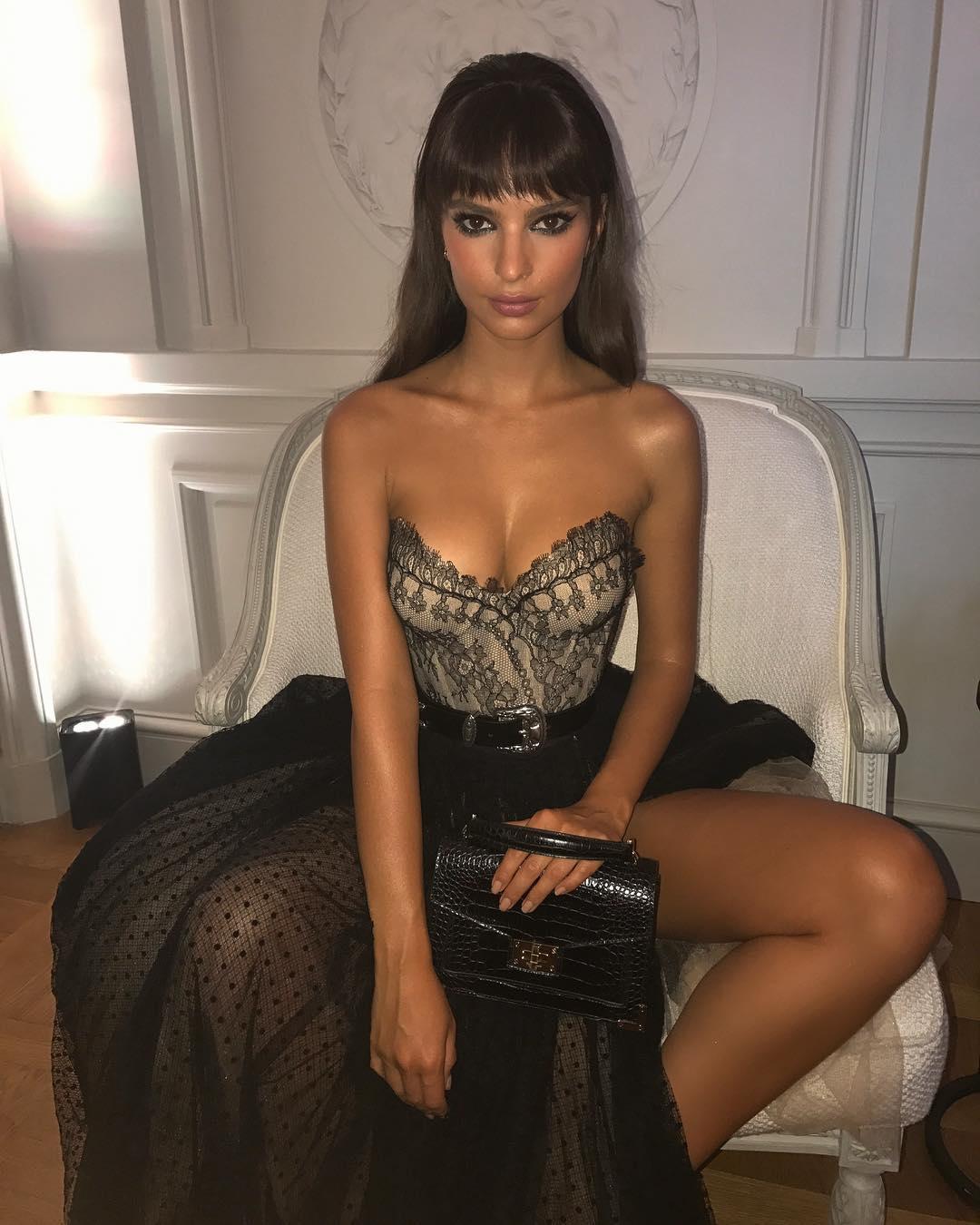 Güzel model Emily Ratajkowski Instagram hesabından paylaştığı sexy kıyafetli cesur pozu ile hayranlarını büyülemeyi başardı. Foto galeri için tıklayın.