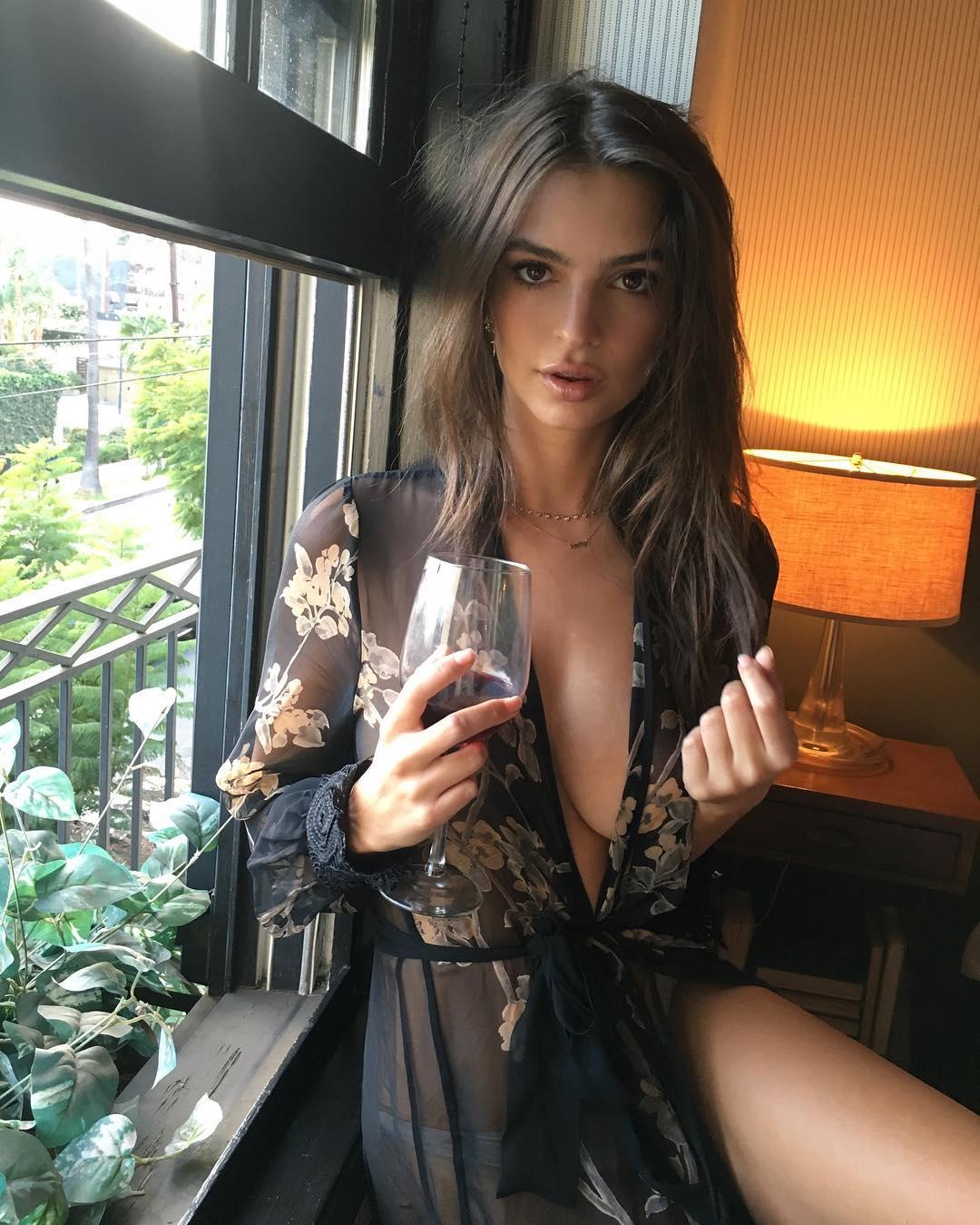 Başarılı ve güzel model Emily Ratajkowski göğüs dekolteli kıyafeti ile paylaştığı sexy cesur pozlar yürek hoplattı. HD foto galeri için buraya tıklayın.