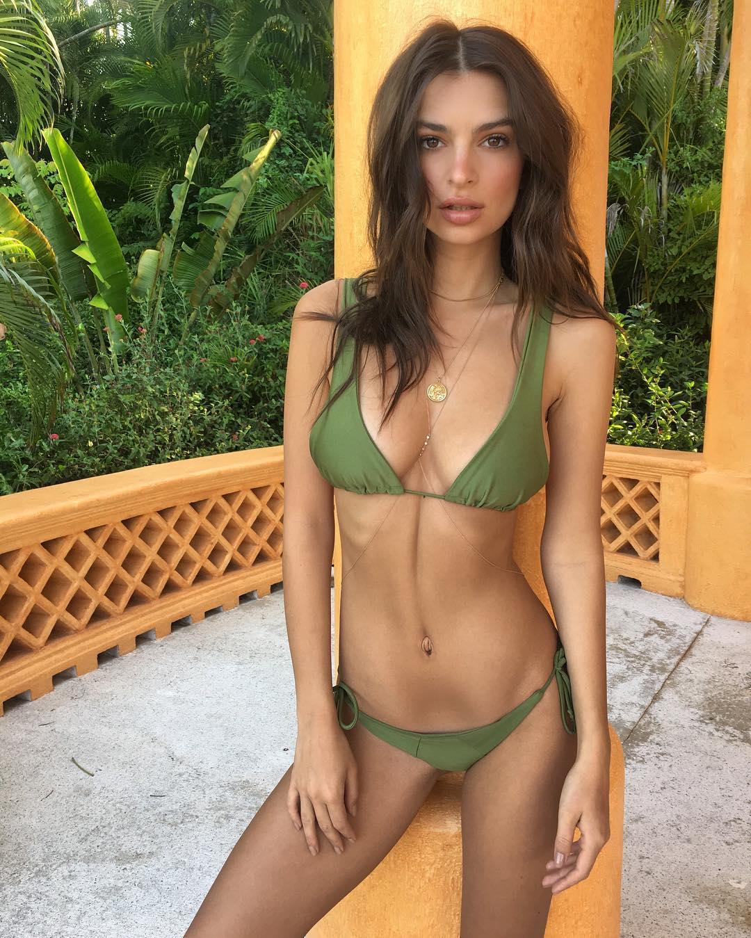 Başarılı ve güzel model Emily Ratajkowski sexy yeşil bikinisi ile paylaştığı cesur pozlar yürek hoplattı. HD foto galeriyi görüntülemek için tıklayın.