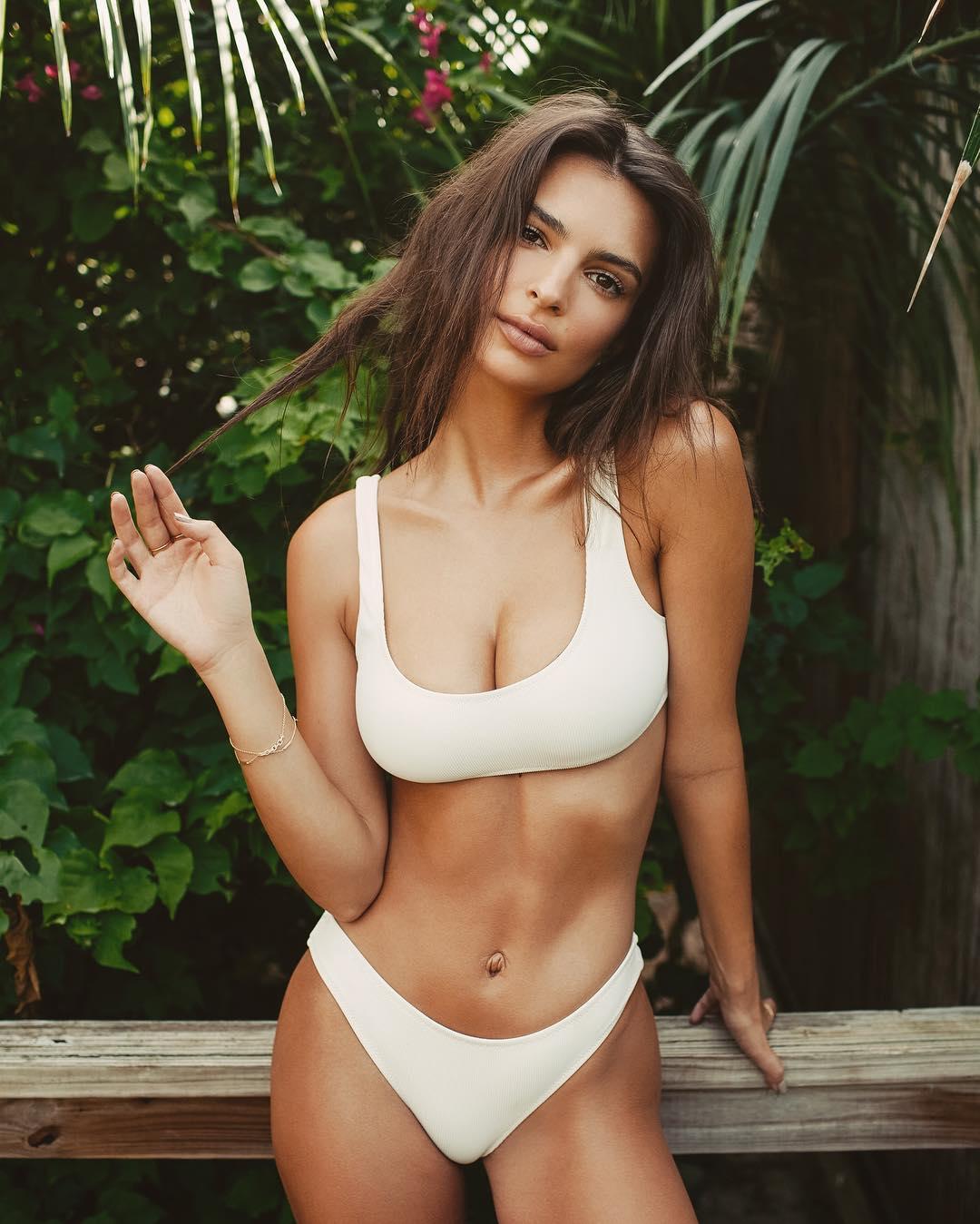 Başarılı ve güzel model Emily Ratajkowski sexy beyaz bikinisi ile Instagram hesabından çok cesur pozlar paylaştı. HD foto galeri için buraya tıklayın.