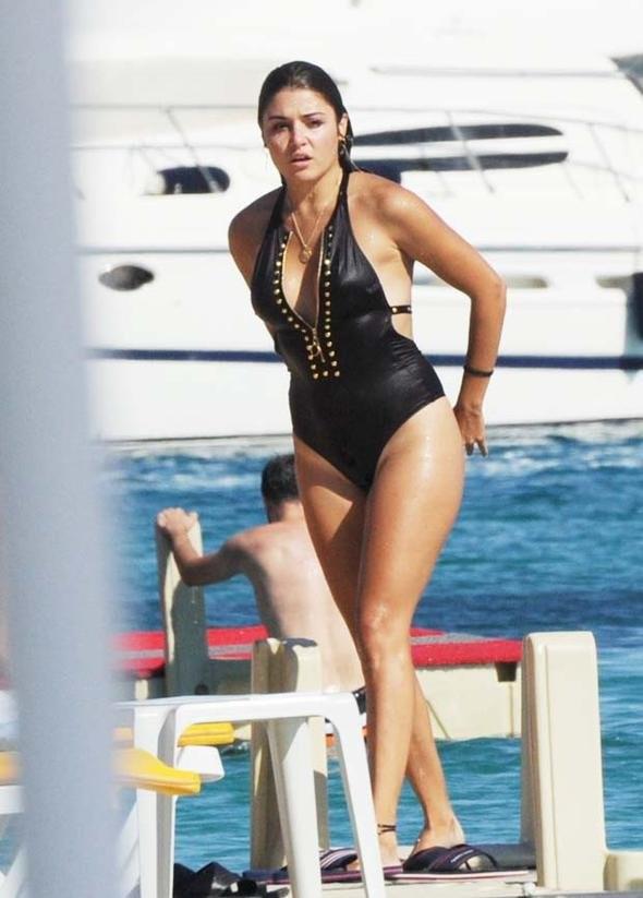 Başarılı ve güzel türk oyuncu Hande Erçel bikini yerine mayo tercih etti, Bir oturuşta 50 midye yediği iddaa edildi. HD foto galeriyi görüntülemek için buraya tıklayın.