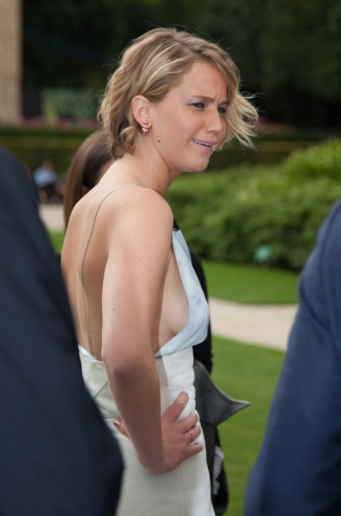 Dünyaca ünlü başarlı ve güzel oyuncu Jennifer Lawrence sexy kıyafeti ile frikik vermemek için çok uğraştı. Foto galeriyi görüntülemek için buraya tıklayın.