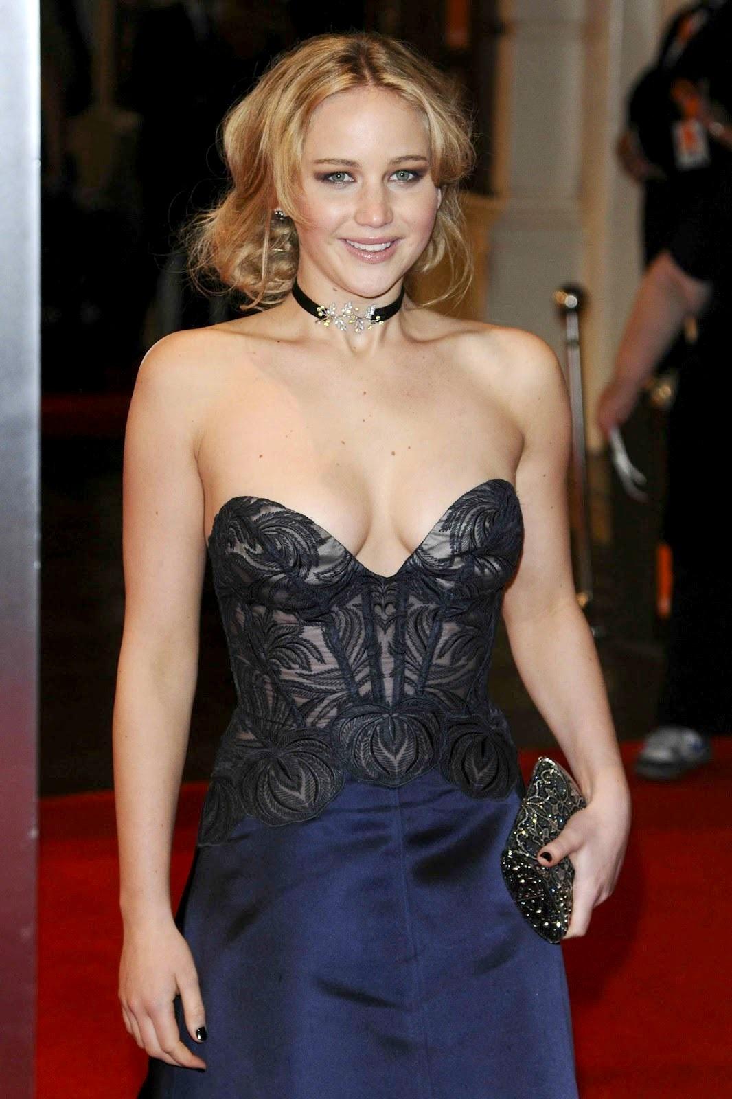 Dünyaca ünlü başarılı ve güzel oyuncu Jennifer Lawrence derin göğüs dekolteli sexy elbisesi ile çok cesur pozlar verdi. Foto galeri için buraya tıklayın.