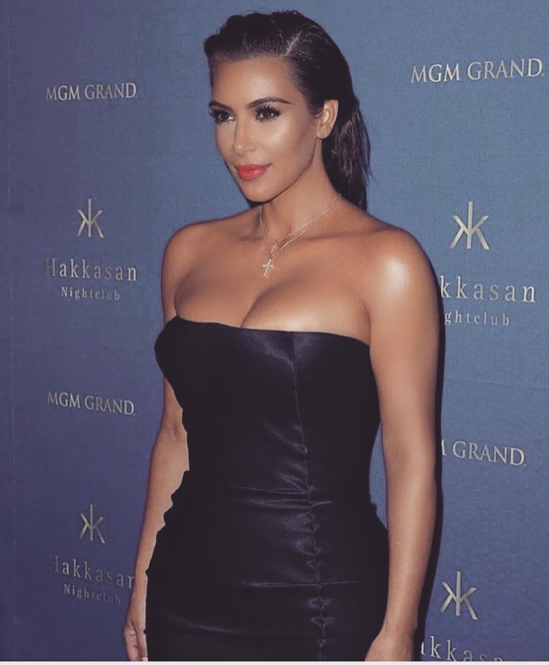 Dünyaca ünlü magazin yıldızı Kim Kardashian katıldığı geceye sexy göğüs dekolteli siyah elbisesi ile damga vurdu. Foto galeriyi görüntülemek için tıklayın.