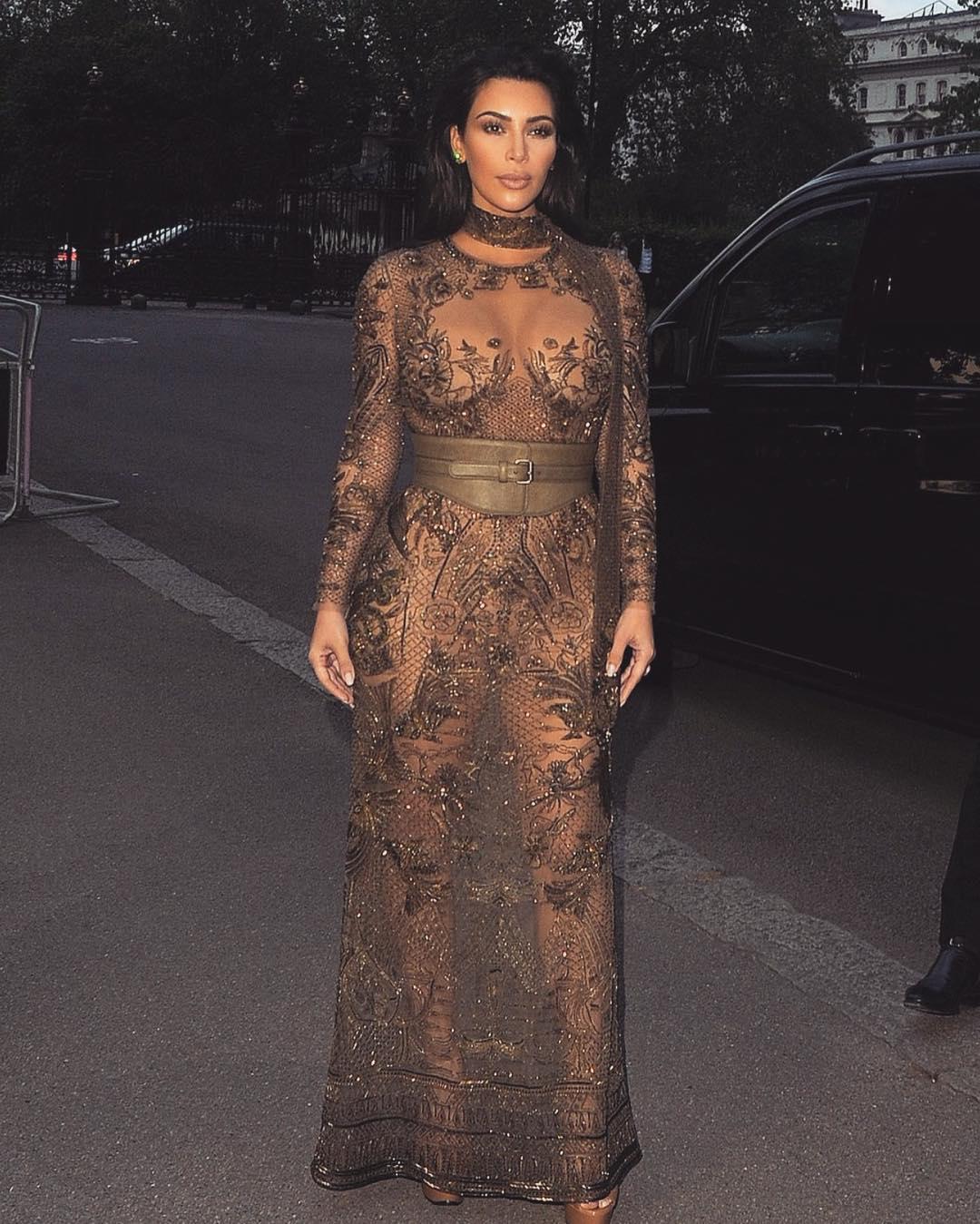 Dünyaca ünlü magazin yıldızı Kim Kardashian sexy transparan kıyafeti ile yine ortalığı karıştırmayı başardı. Foto galeriyi görüntülemek için buraya tıklayın.