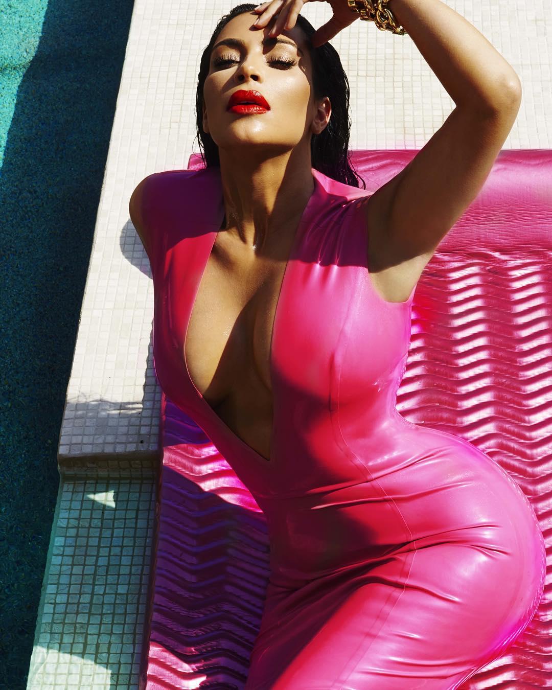 Başarılı top model Kim Kardashian sexy derin göğüs dekolteli pembe elbisesi ile havuzda çok cesur pozlar verdi. Foto galeriyi görüntülemek için tıklayın.