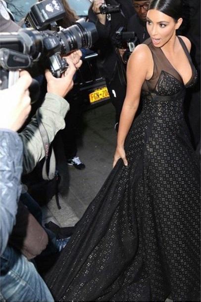Başarılı magazin yıldızı Kim Kardashian sexy derin göğüs dekolteli siyah elbisesi ile yürek hoplatmayı başardı. Foto galeriyi görüntülemek için buraya tıklayın.