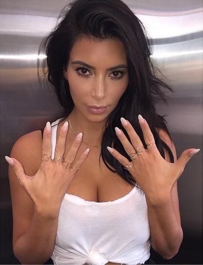 Dünyaca ünlü magazin yıldızı Kim Kardashian Instagram hesabından sexy paylaşımları ve güzelliği ile hayran çekmeye devam ediyor. Foto galeri için tıklayın.