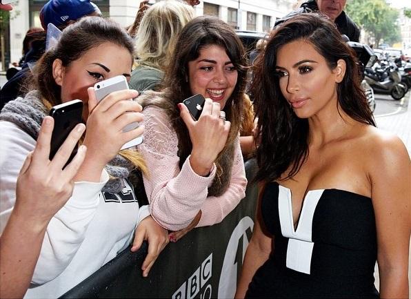 Başarılı top model Kim Kardashian sexy derin göğüs dekolteli elbisesi ile magazincilerin ilgi odağı oldu. Foto galeriyi görüntülemek için buraya tıklayın.
