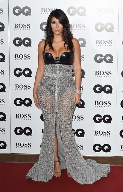 Dünyaca ünlü magazin yıldızı Kim Kardashian katıldığı geceye sexy göğüs dekolteli kıyafeti ile damga vurdu. HD foto galeriyi görüntülemek için buraya tıklayın.