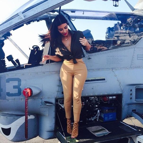 Dünyaca ünlü model Kim Kardashian amerikan ordusunu ziyaret etti, Sexy giyimi ile askerleri büyülemeyi başardı. Foto galeriyi görüntülemek için tıklayın.