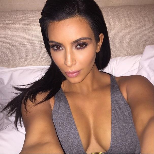 Sexy kalçalı kadın lakabı ile bilinen Kim Kardashian göğüslerini öne çıkaran cesur ve seksi paylaşımlarına devam ediyo. HD foto galeriyi görüntülemek için tıklayın.