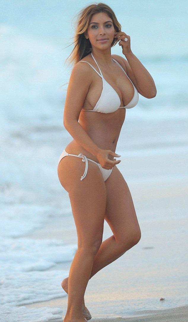 Dünyaca ünlü top model Kim Kardashian tatilde sexy beyaz bikinisi ile görüntülendi ve herkesi kendine hayran etti. Foto galeri için buraya tıklayın.