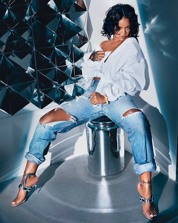 Dünyaca ünlü şarkıcı Rihanna sexy giyimi ve güzel fiziği ile çok cesur pozlar verdi. HD foto galeriyi görüntülemek için buraya tıklayın.