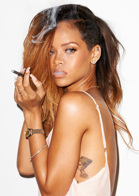 Başarılı şarkıcı Rihanna hayranlarını kırmamak için sexy kıyafetleri ile cesur pozlar verdi. Foto galeriyi görüntülemek için buraya tıklayın.