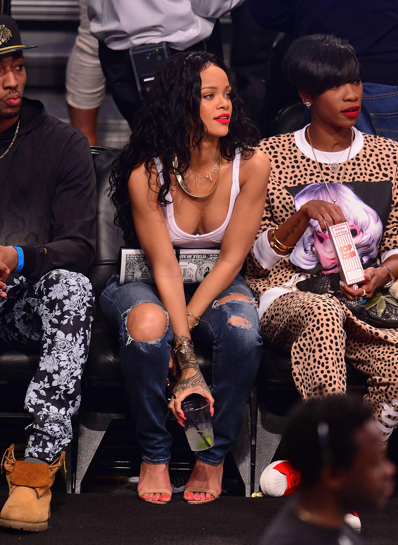 Dünyaca ünlü şarkıcı Rihanna basketbol izlemeye gitti, Sexy şarkıcısı gören kendisinden gözlerine alamadı. Foto galeriyi görüntülemek için buraya tıklayın.