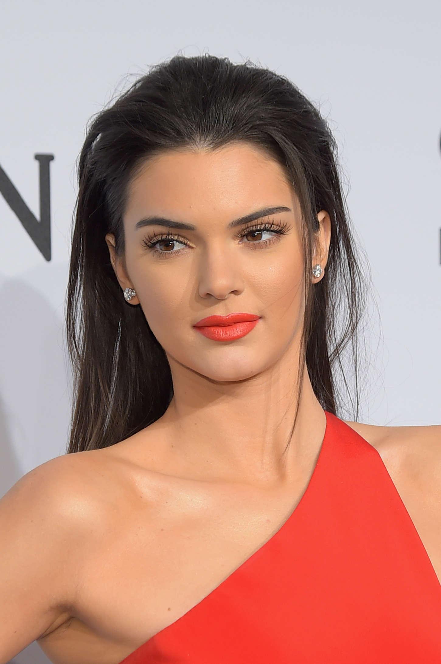 Dünyaca ünlü model Kendall Jenner'in en güzel hd resimlerinin yer aldığı resim galerisini görüntülemek için tıklayın.