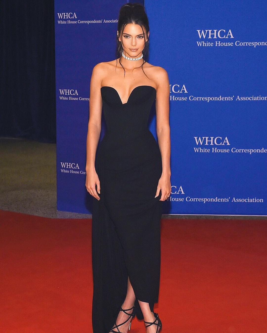 Başarılı model Kendall Jenner sexy göğüs dekolteli siyah elbisesi ve kusursuz güzelliği ile çok dikkat çekti. HD foto galeriyi görüntülemek için tıklayın.