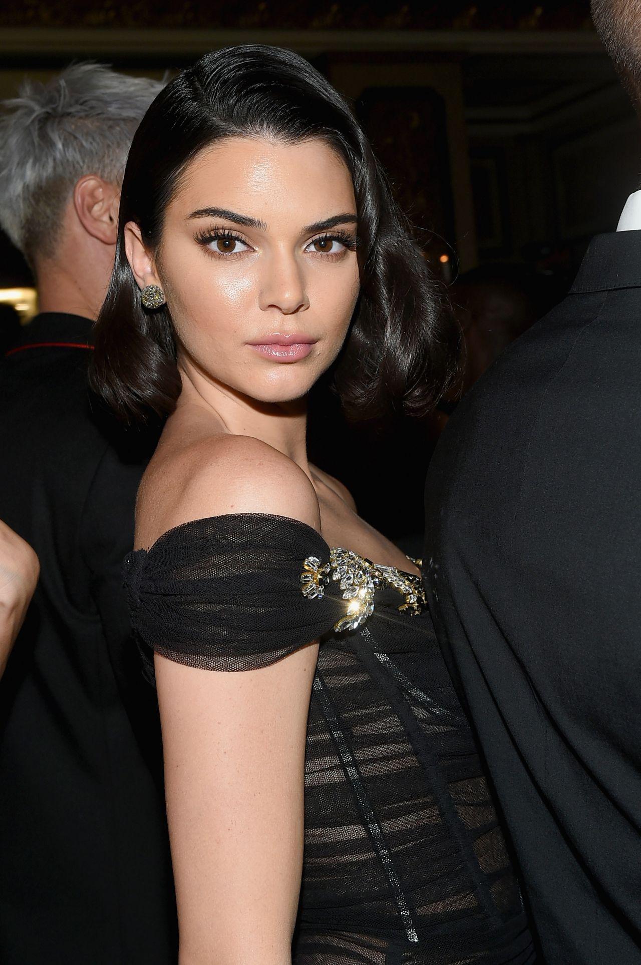Başarılı model Kendall Jenner sexy siyah elbisesi ve kusursuz güzelliği ile katıldığı geceye damga vurdu. HD foto galeriyi görüntülemek için buraya tıklayın.