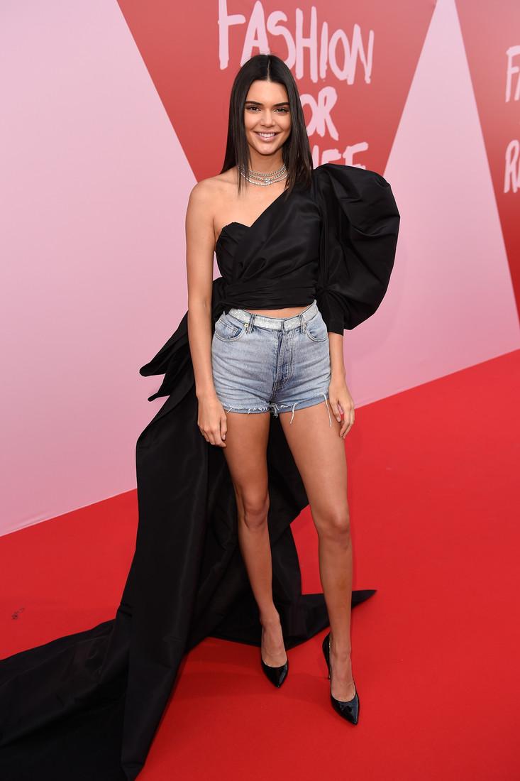Güzel model Kendall Jenner sexy giyimi ile dikkat çekti. HD ünlü resim galerisi. Seksi yabancı manken resimleri. En güzel manken resimleri.