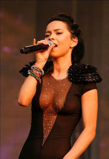 Başarılı Rumen şarkıcı Inna konserinde giydiği sexy transparan elbisesi ile olay yarattı. Her tarafı görünün ünlü kadın kim, Cesur pozlarıyla yürek hoplattı.