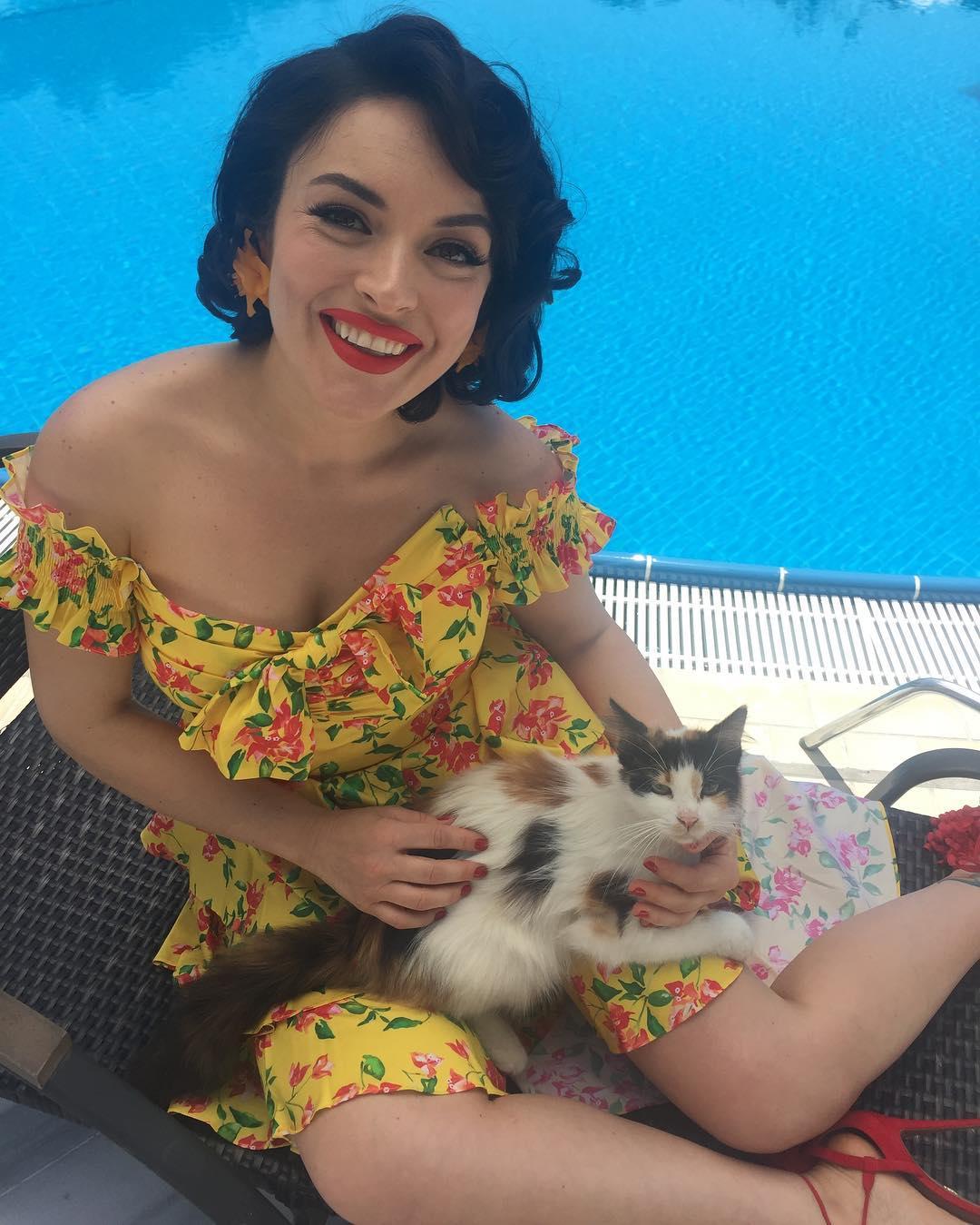 Türkiye'nin en büyük Ezgi Mola resim galerisi bu sitede. En seksi Türk ünlü kadınlar, Cesur instagram paylaşımları. Tatilde sexy bikinisiyle yürek hoplatan pozlar verdi.