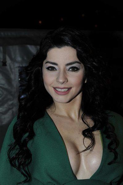 Güzel oyuncu Merve Boluğur derin göğüs dekolteli sexy yeşil elbisesi ile ödül töreninde yürek hoplattı. En seksi Türk ünlü kadınların resimleri bu sitede tıklayın.
