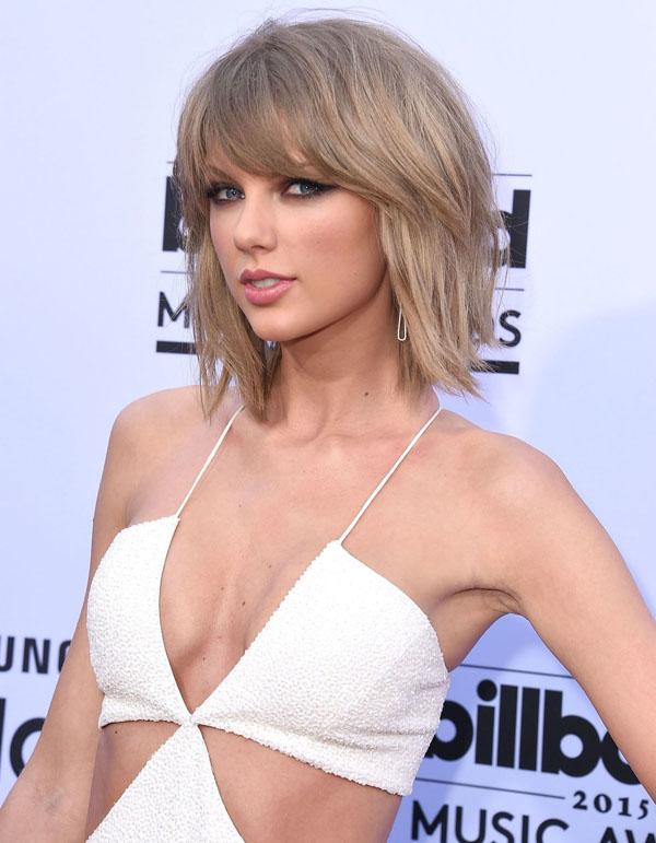 Güzel şarkıcı Taylor Swift derin göğüs dekolteli sexy beyaz elbisesiyle katıldığı ödül töreninde yürek hoplattı. HD yabancı ünlü kadınların resimleri bu sitede tıklayın.