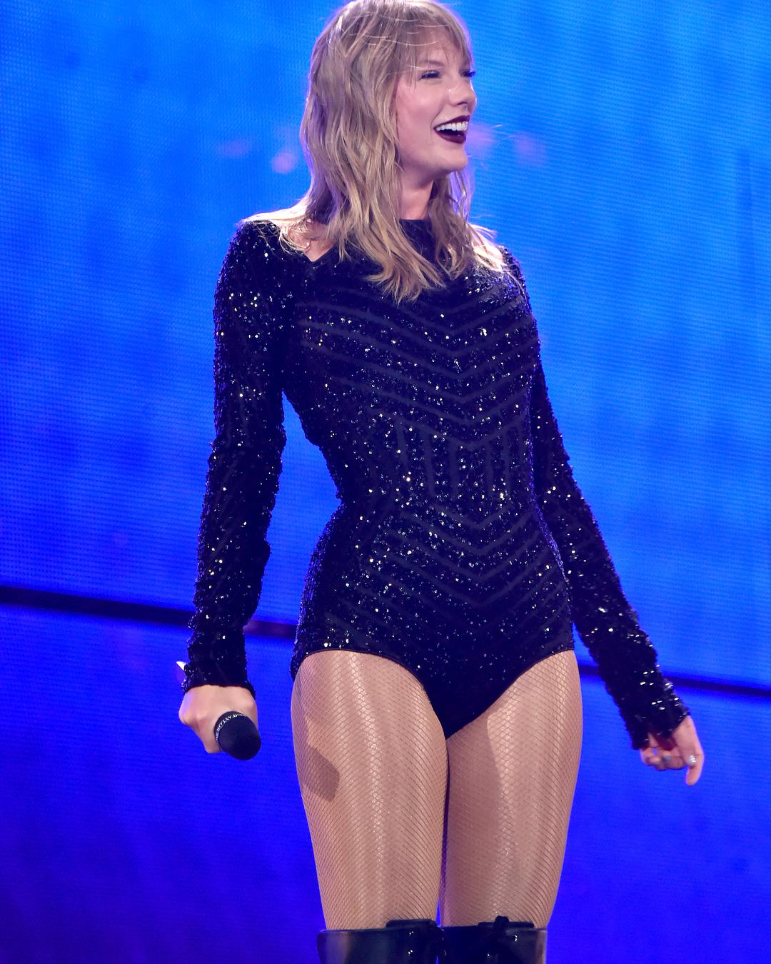 Dünyaca ünlü güzel şarkıcı Taylor Swift sexy siyah kıyafeti ile konserini izleyen hayranlarını büyülemeyi başardı. En güzel yabancı ünlü kadınların HD resimleri bu sitede.