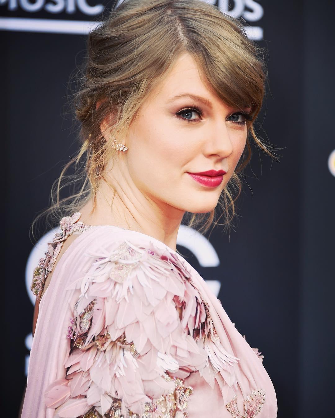 Dünyaca ünlü başarılı şarkıcı Taylor Swift'in en güzel instagram paylaşımlarını HD olarak görüntülemek için buraya tıklayın. En seksi yabancı ünlü kadınlar.