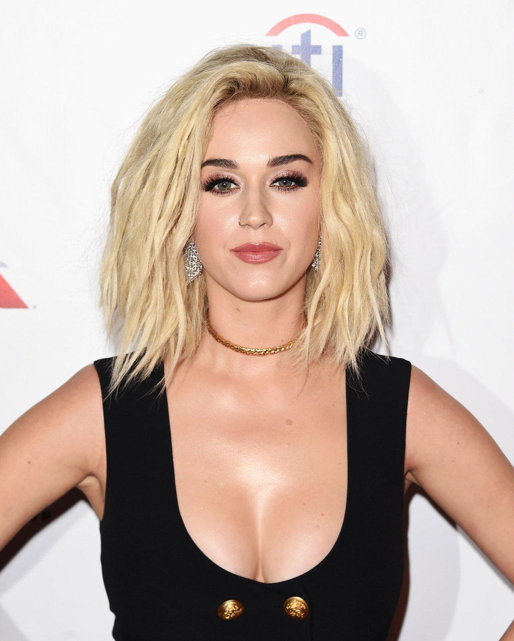 Güzel şarkıcı Katy Perry'nin en güzel HD resimleri bu sitede. Sexy paylaşımlarıyla olay yaratmaya devam ediyor. Yabancı ünlü kadınların seksi Instagram paylaşımları.
