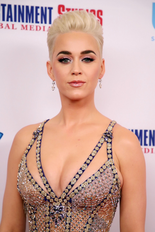 Başarılı müzisyen Katy Perry derin göğüs dekolteli sexy transparan kıyafeti ve güzelliğiyle cesur pozlar verdi. En güzel ünlü kadınların HD resimleri burada