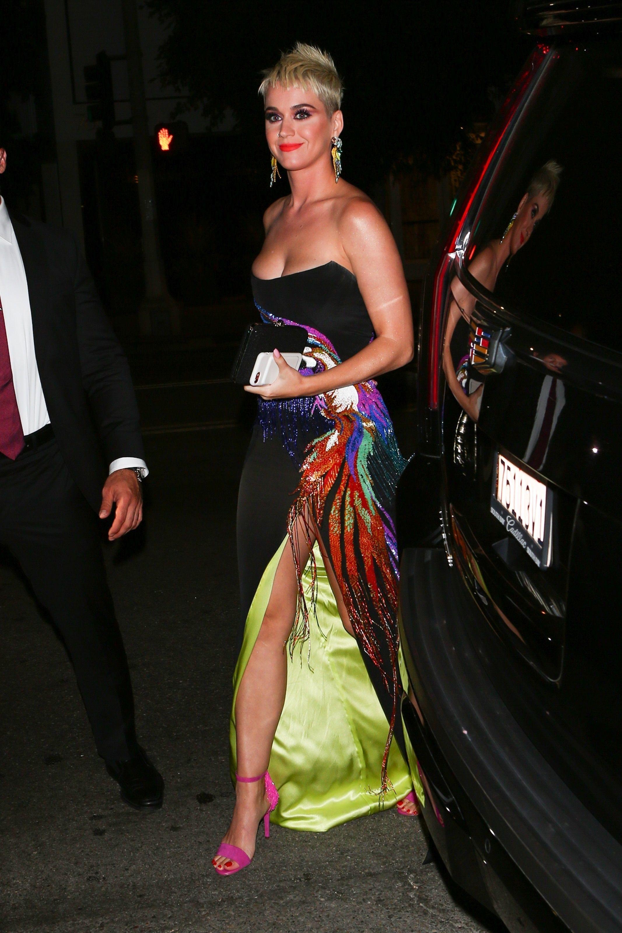 Güzel şarkıcı Katy Perry derin göğüs dekolteli sexy elbisesi ile yürek hoplattı. Gecelerin en seksi giyinen ünlü kadınlarının HD resimleri bu sitede tıklayın