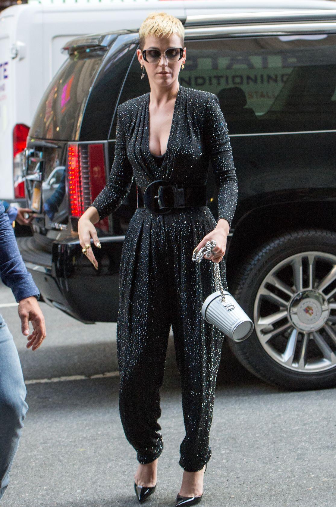Derin göğüs dekolteli sexy elbisesi ile görüntülenen Katy Perry yine çok büyüleyiciydi. Ünlü kadınların sokak giyimi. Seksi giyinen kadınların kıyafet tercihleri