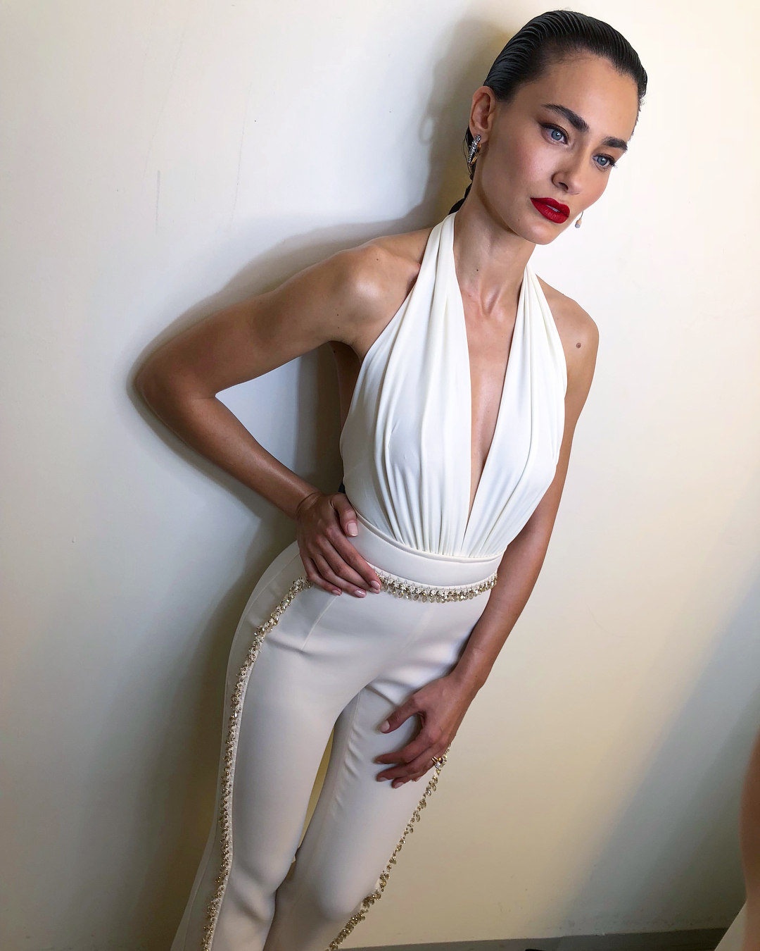 Güzel Türk oyuncu Saadet Işıl Aksoy katıldığı programa derin göğüs dekolteli seksi beyaz elbisesi ile damga vurdu. HD foto galeri için buraya tıklayın.