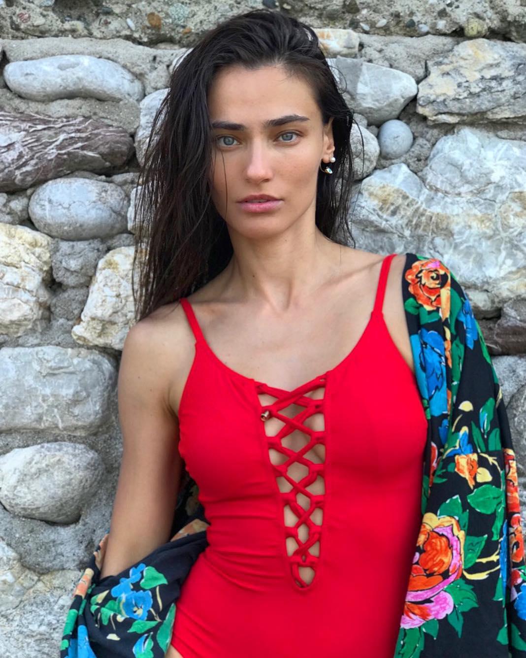 Başarılı oyuncu Saadet Işıl Aksoy göğüs dekolteli seksi kırmızı mayosu ile cesur pozlar verdi. HD foto galeriyi görüntülemek için buraya tıklayın.