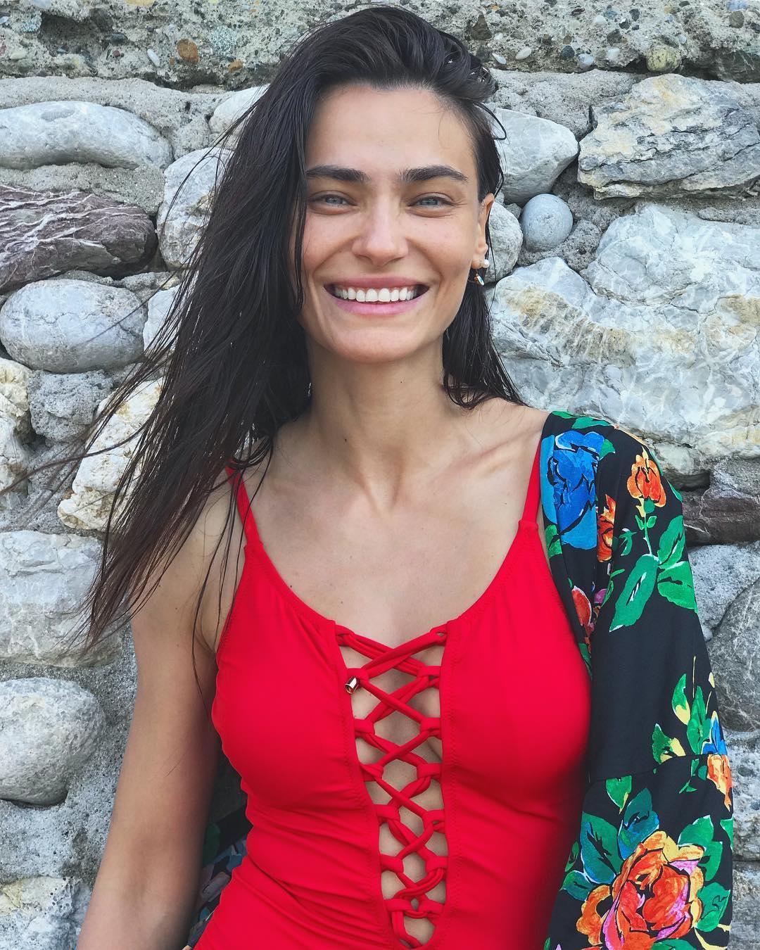 Derin göğüs dekolteli seksi mayosu ile cesur pozlar veren Saadet Işıl Aksoy yürek hoplattı! En güzel Türk ünlü kadınların HD resimleri için buraya tıklayın.