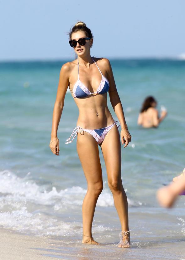 Güzel moda tasarımcı Şeyma Subaşı sexy bikinisi ve düzgün fiziğiyle plajdaki tüm erkeklerin dikkatini çekmeyi başardı. Türkiyenin en seksi ünlü kadınları.