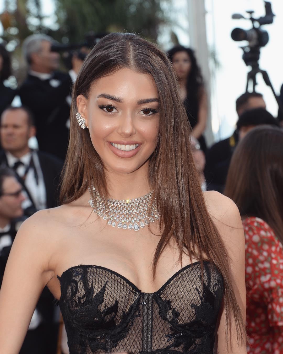 Çukur dizisinde Sena karakterine hayat veren Dilan Çiçek Deniz katıldığı geceye seksi siyah transparan elbisesi ve güzelliğiyle damga vurdu.