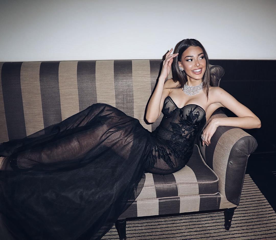 Sexy transparan elbisesiyle çok cesur pozlar veren Dilan Çiçek Deniz yürek hoplattı! Türkiye'nin en seksi giyinen ünlü kadınlarının HD fotoları bu sitede.