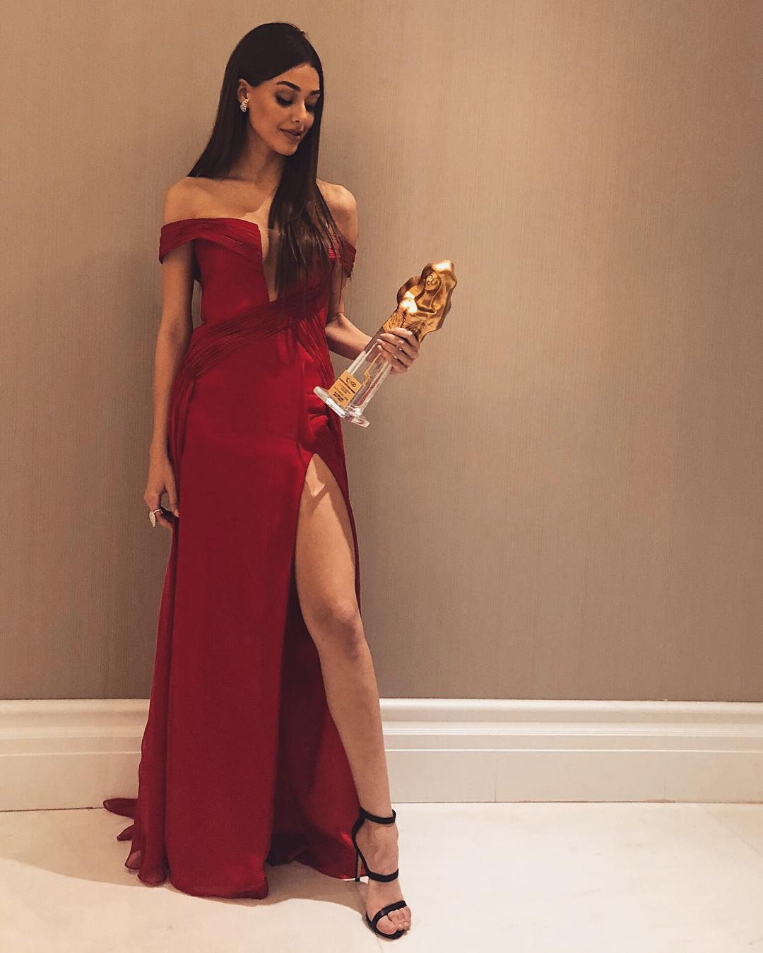 Derin yırtmaçlı seksi kırmızı elbisesi ile gecenin yıldızı Dilan Çiçek Deniz. Türkiye'nin en sexy giyinen ünlü kadınlarının en cesur pozları bu sitede.