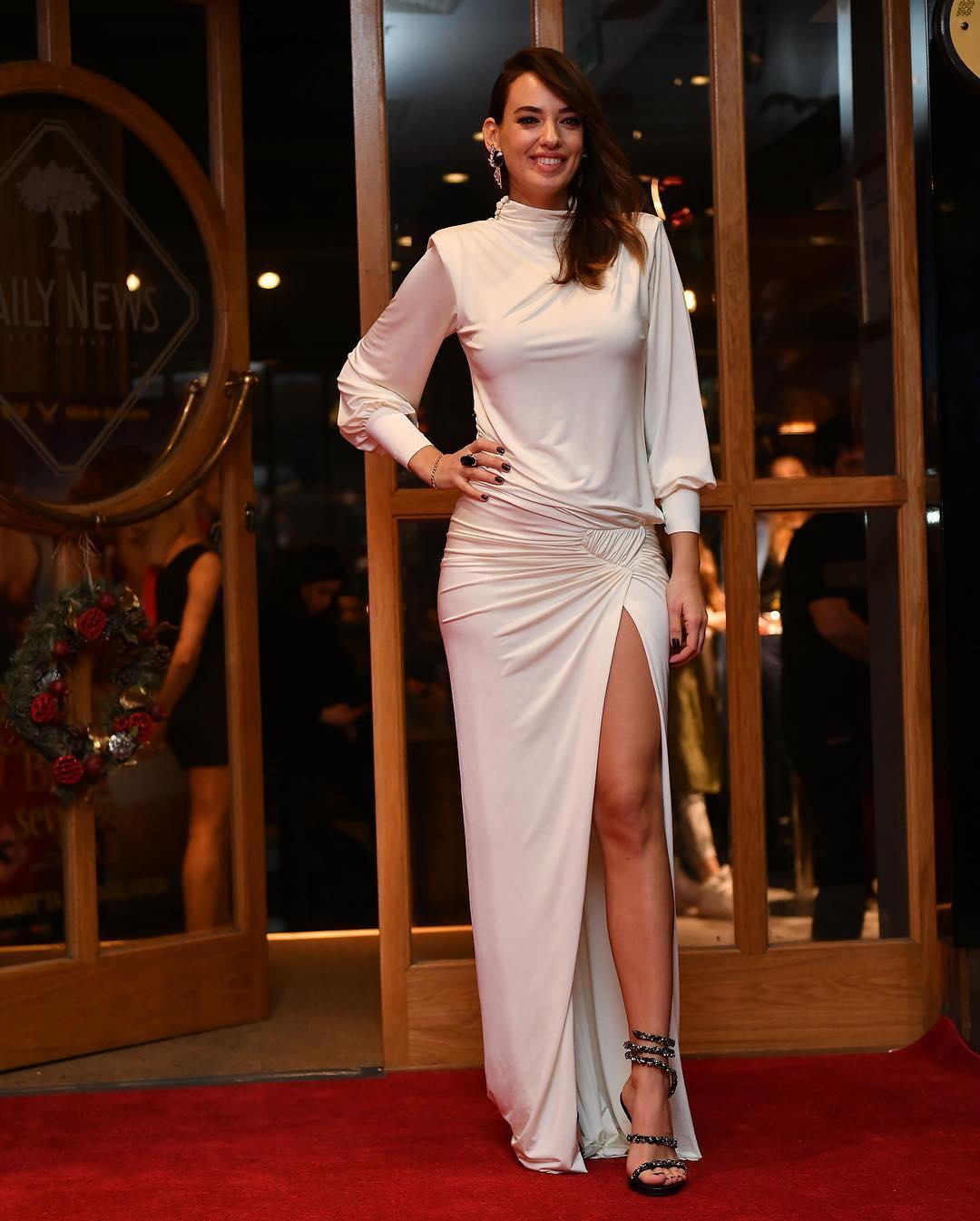 Başarılı Türk oyuncu Seda Bakan katıldığı galaya seksi beyaz yırtmaçlı elbisesi ve güzelliğiyle damga vurdu. HD foto galeriyi görüntülemek için tıklayın.