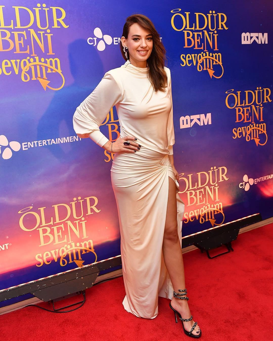 """Başarılı oyuncu Seda Bakan """"Öldür Beni Sevgilim"""" galasında giydiği sexy beyaz kıyafeti ve güzelliğiyle büyüledi. HD foto galeri için buraya tıklayın."""