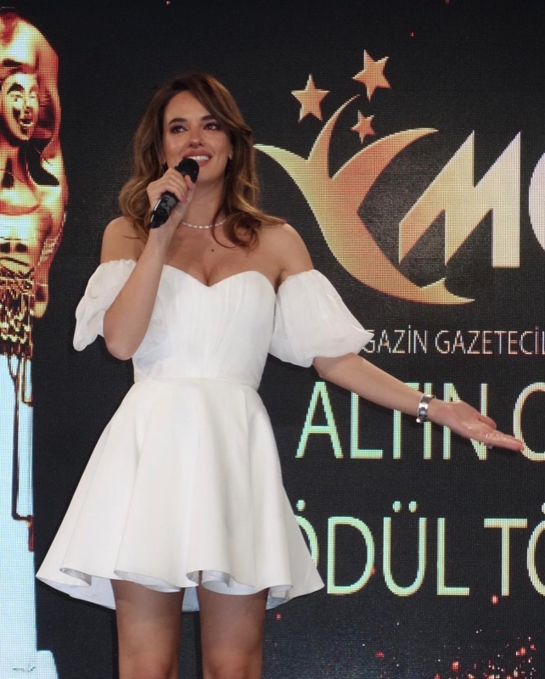 Başarılı ve güzel Türk oyuncu Seda Bakan ödül törenine derin göğüs dekolteli sexy beyaz elbisesi ile damga vurdu. Türkiye'nin en seksi giyinen ünlü kadınları.