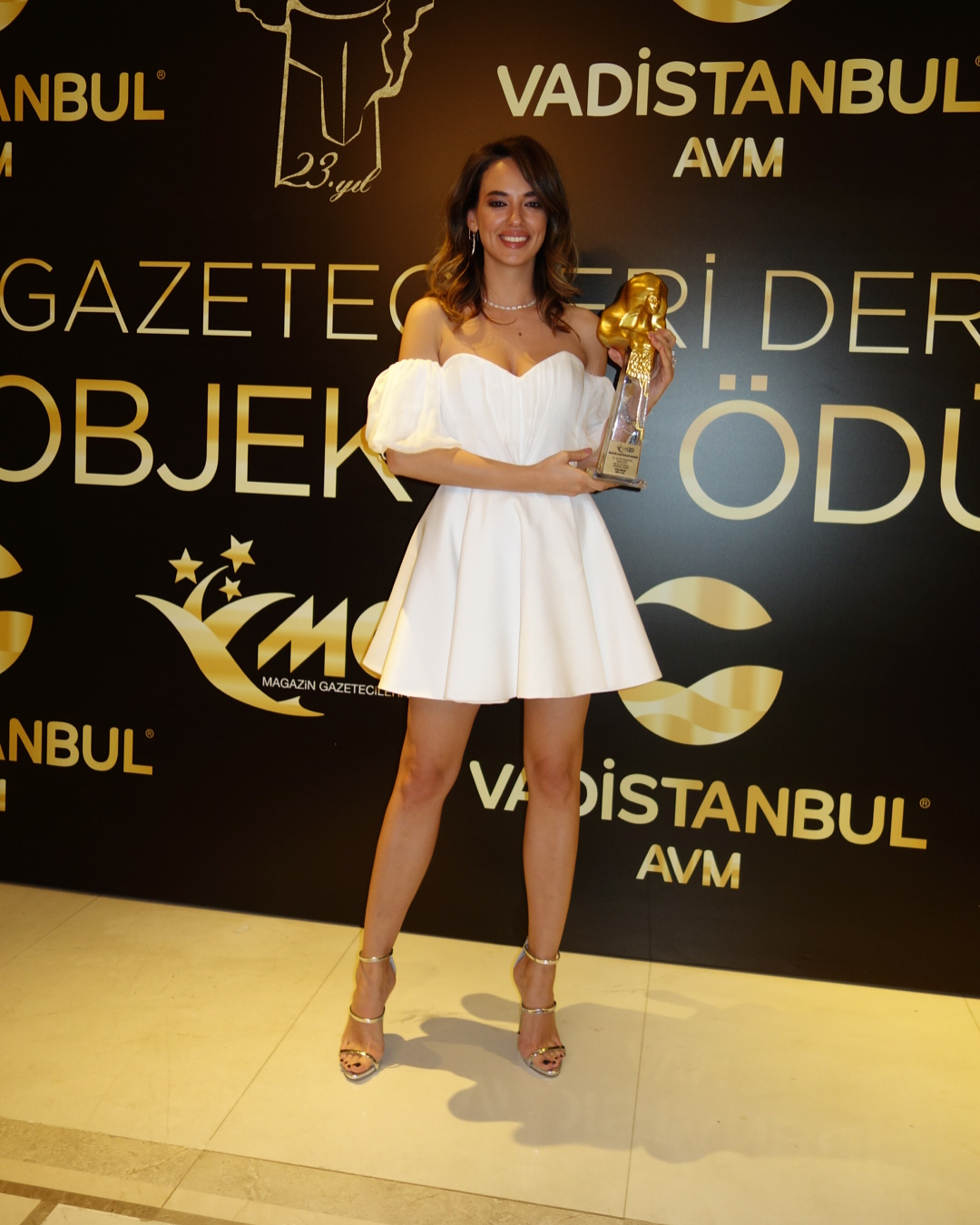 Başarılı oyuncu Seda Bakan ödülüne kavuştu. Seksi beyaz elbisesiyle damga vuran ünlü kadın güzelliğiyle büyüledi. En sexy giyinen ünlü Türk kadınlarının fotoları.