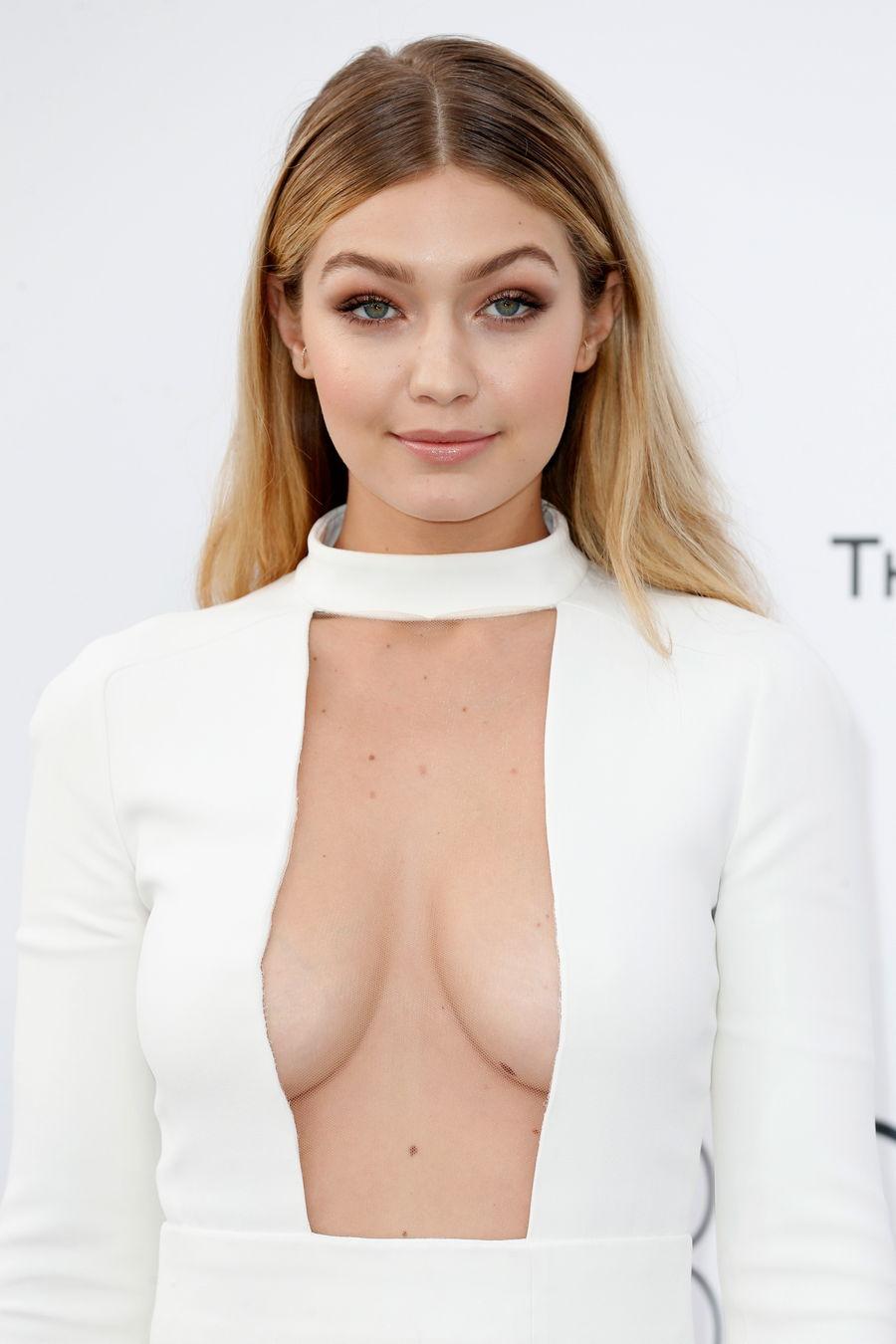 Gigi Hadid derin göğüs dekolteli seksi beyaz elbisesi ile dikkat çekti.