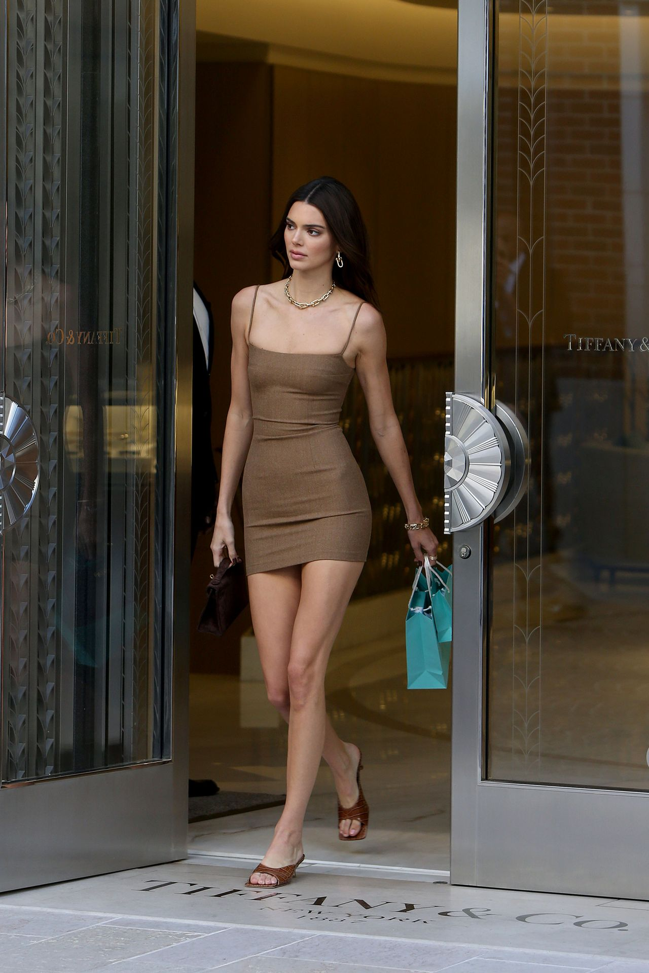Güzel model Kendall Jenner pırlantacı da seksi mini elbisesiyle dikkat çekti. At üstünde çıplak pozlar veren ünlü modelin uslanmaya niyeti yok. Transparan sexy giyimiyle podyumda nefes kesti. HD fotolar için tıklayın.